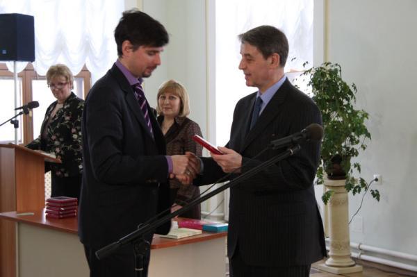 Петр Козорезенко. Министр культуры Авдеев А.А. поздравляет с почетным званием